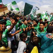 Masiva marcha de wanderinos pidiendo el ascenso del equipo a Primera División